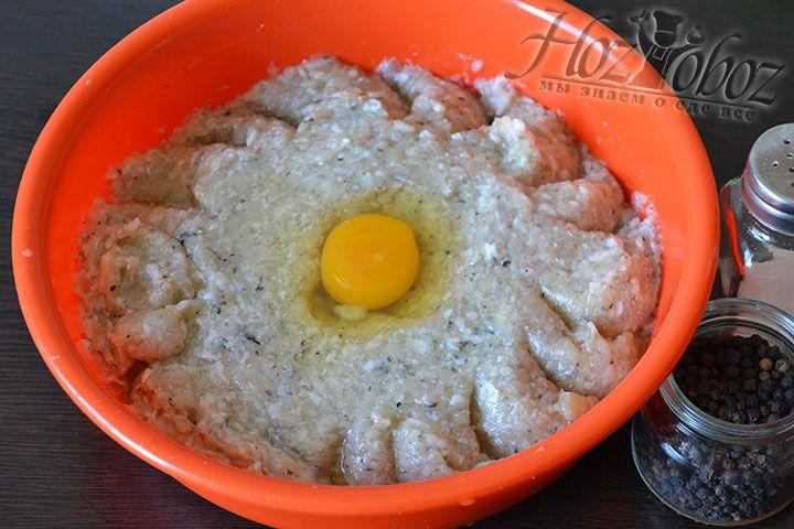 Разбиваем в фарш одно яйцо и добавляем соль и специи по вкусу