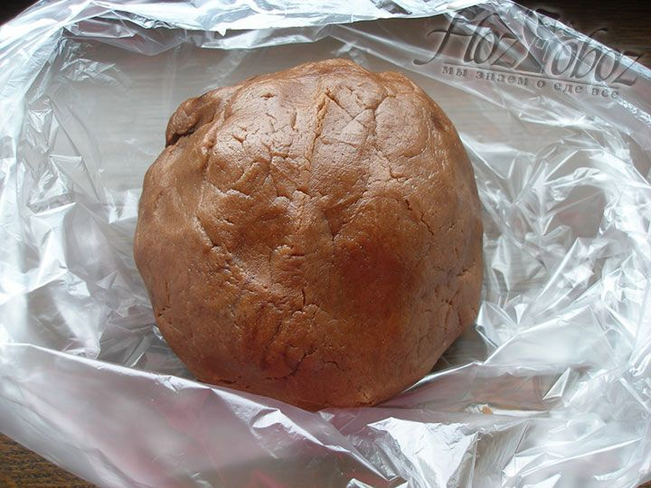 Готовое тесто заворачиваем в пленку или пакет и отправляем охлаждаться