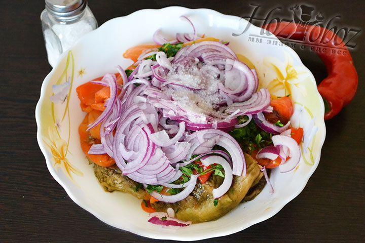 Нарезанный лук тоже соединяем с печеными овощами, солим, досыпаем острый перец и перемешиваем салат руками. Важно чтобы ингредиенты не превратились в кашу