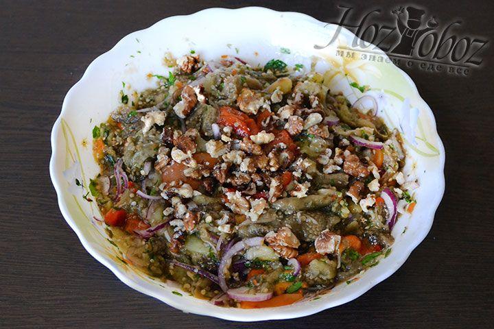 Добавляем к салату измельченные грецкие орехи. Орехи можно либо перетереть в крошку либо расколоть на кусочки средней величины
