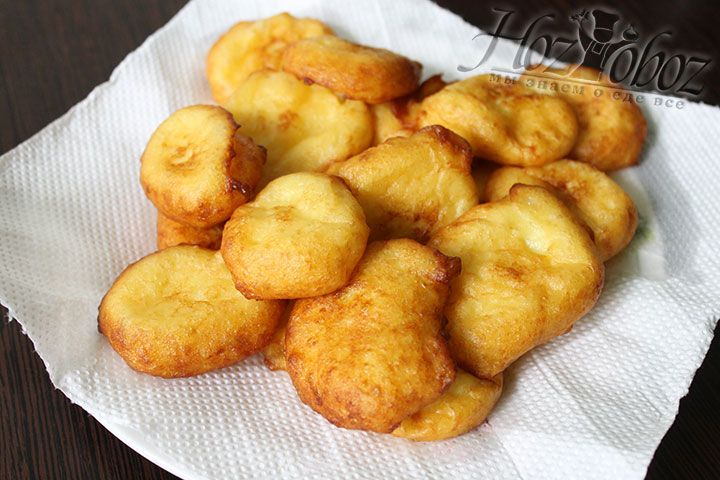 Теперь картофельные вкусняшки вынем из масла шумовкой и разложим на бумажные полотенца