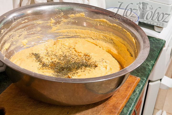 Теперь в тесто вводим тимьян и ликер