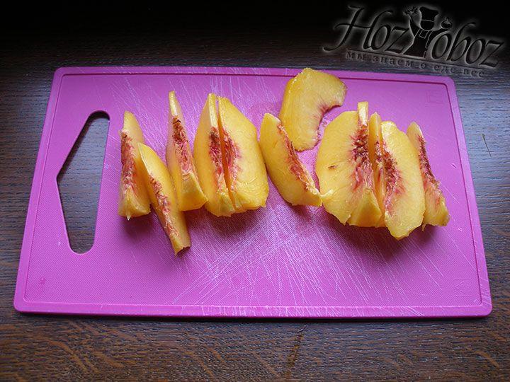Чистим от кожуры персики и нарезаем их дольками