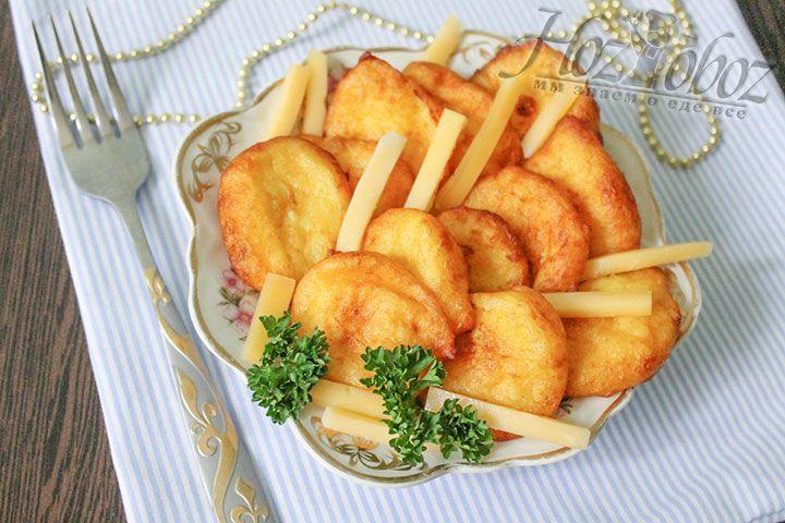 Подаем крокеты к столу с соусом и основным блюдом, например, мясом или рыбой.Приятного аппетита!