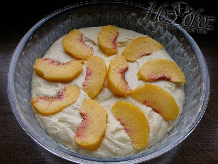 Помещаем на тесто дольки персиков в форме узора