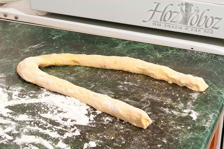 Рабочую поверхность посыпаем мукой и скатываем из теста колбаску, размером как на фото