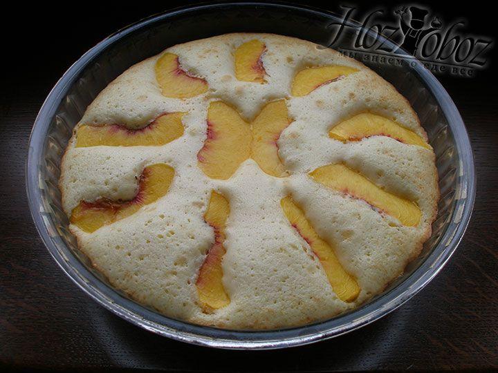 Духовку разогреваем до 180 градусов и выпекаем в ней пирог около 25 минут