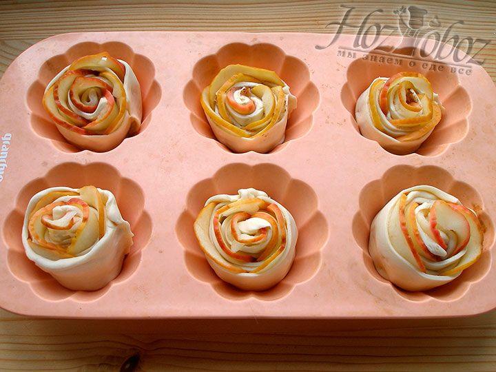Духовку разогреваем до температуры 180 градусов, яблочные розы кладем в силиконовую форму для маффинов и выпекаем десерт около 15 минут
