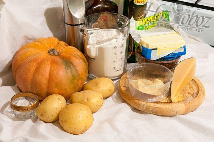 Для этого блюда нам понадобятся такие продукты: картофель, тыква, пшеничная мука, куриные яйца, сливочное и оливковое масло, Амаретто, соль и тимьян