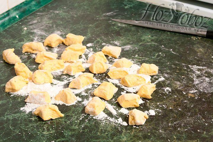 Теперь каждую колбаску делим на кусочки толщиной около 3 см и обваливаем каждый из них в муке
