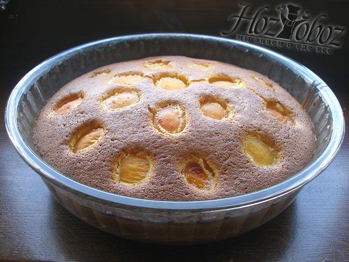 Выпекаем пирог при температуре 200 градусов примерно 30 минут. О готовности свидетельствует сухая зубочистка погруженная в пирог. Готовые десерт следует прежде остудить и только потом разделить на порционные куски и подать к столу