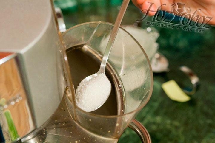 К белкам вводим примерно 30 г сахарного песка, а затем снова взбиваем растворяя сахар