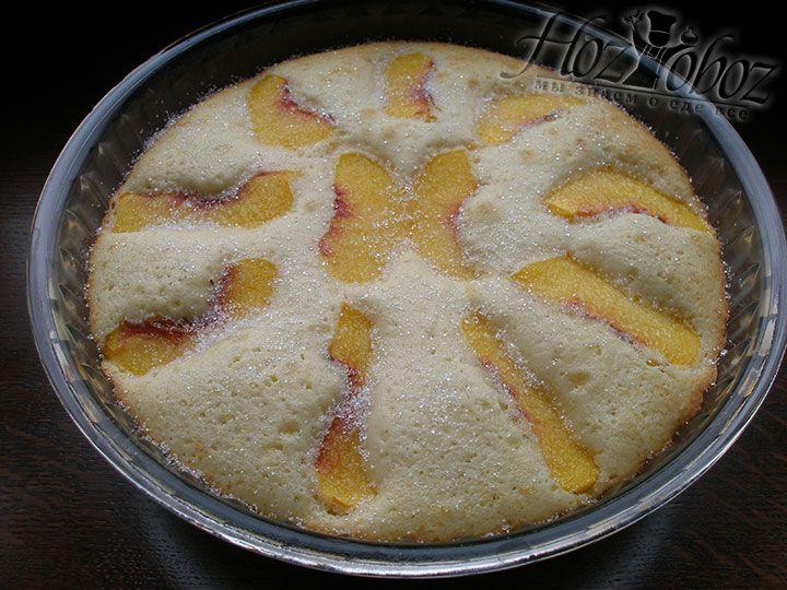 Через 25 минут пирог достаем из духовки, посыпаем сахаром и снова отправляем в духовку минут на 10 для карамелизации