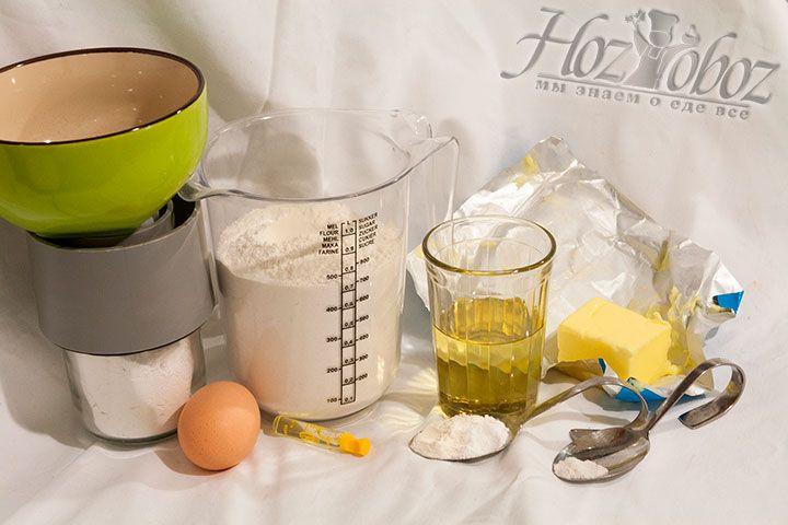 Прежде всего заготовим необходимые для приготовления продукты: сахарную пудру и соль, яичные желтки и разрыхлитель для теста, сливочное и подсолнечное масло, муку и какао порошок, а также ваниль или ароматизатор ванили