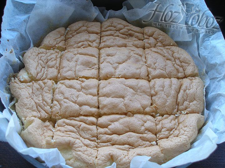 Тем временем пирог уже немного остыл, так что самое время порезать квадратами