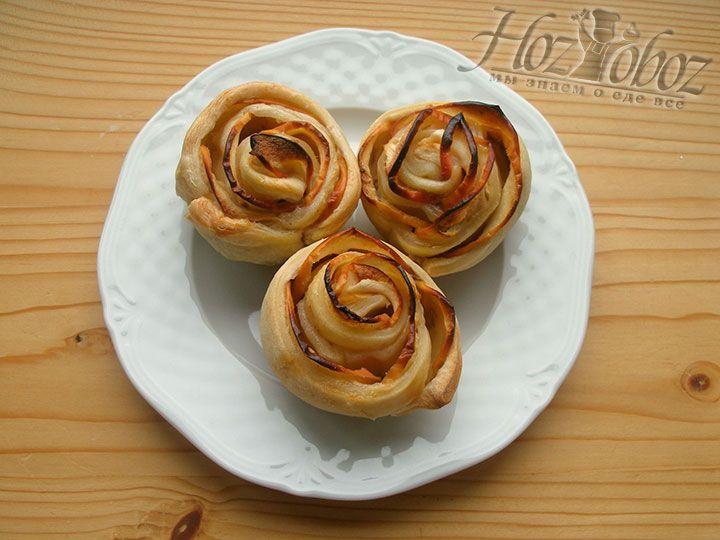 Вот такие они свежие и вкусные розы из яблок в слоенном тесте - посыпаем пудрой и приятного всем аппетита