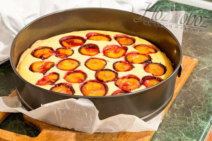 Выпекать пирог следует при температуре 200 градусов около 45 минут. При желании перед подачей его также можно посыпать сахарной пудрой