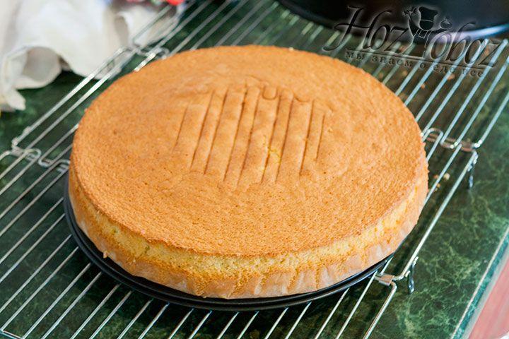 После извлечения десерта, переворачиваем противень и остужаем пирог от часа и более. Такой бисквит теперь можно скушать или спустя сутки использовать для приготовления тортов. В любом случае вы оцените его чудесный вкус и удивительные аромат. Приятного всем аппетита!