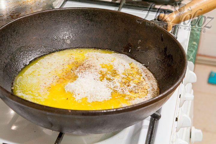 Натираем в соус сыр Пармезан двух видов
