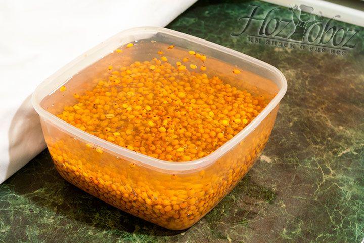 Очищенные от веток ягоды следует вымыть в холодной воде