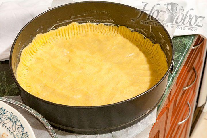 Теперь в форму помещаем тонко раскатанное тесто и с помощью вилки формируем борта
