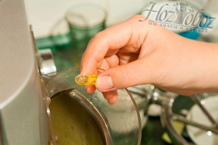 В свою очередь к желтковой массе добавим немного ароматизатора ванили и снова перемешаем заготовку
