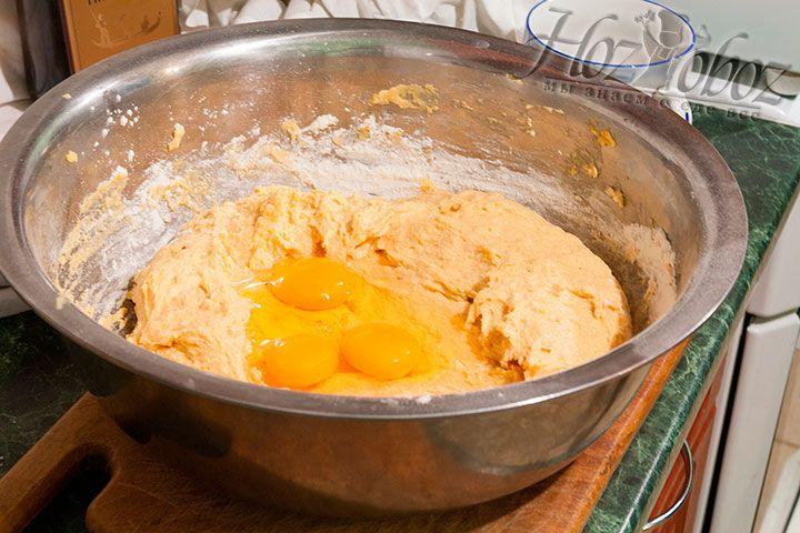 Смешиваем соединенные ингредиенты и добавляем к ним яйца и соль