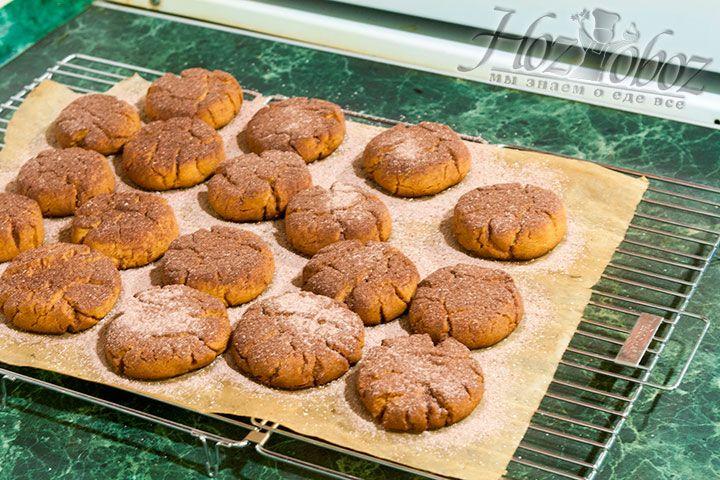 Готовое печенье следует еще горячим посыпать смесью из сахарной пудры и какао порошка. Сделать это лучше с помощью сита. А теперь все к столу и приятного аппетита!