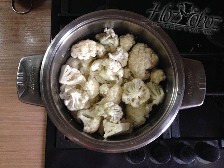В кастрюлю наливаем воду, кладем соль и выкладываем в нее соцветия цветной капусты