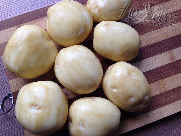 Соскребаем с картошки кожицу и хорошенько ее моем
