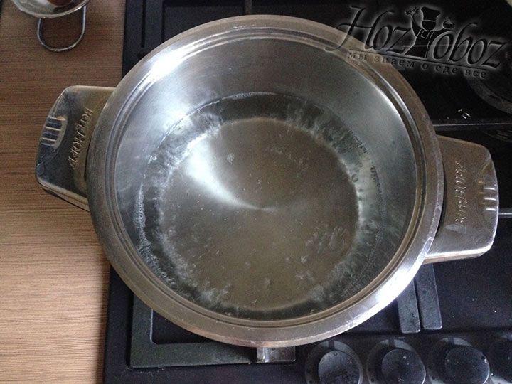 Если готовим на плите, в нижней кастрюле пароварки кипятим примерно 1 литр воды