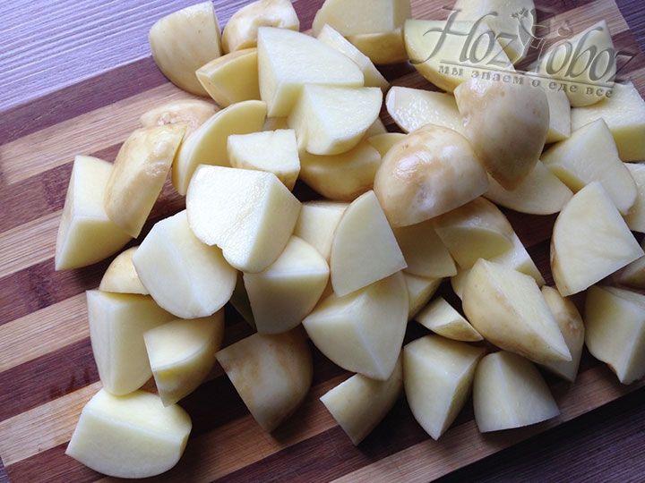 Крупные клубни картофеля разрезаем на четыре части или мельче