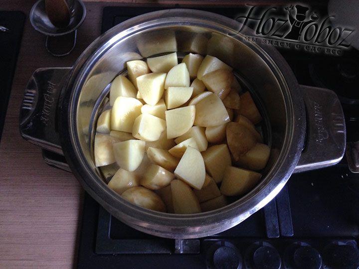 Ставим на кастрюлю с кипящей водой недостающую емкость пароварки и всыпаем картошку
