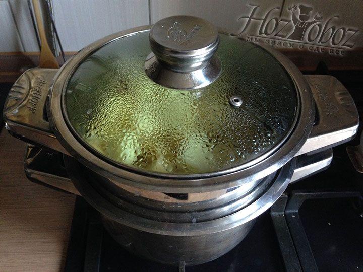 Теперь, когда картошка внутри, накроем пароварку крышкой и сварим овощ