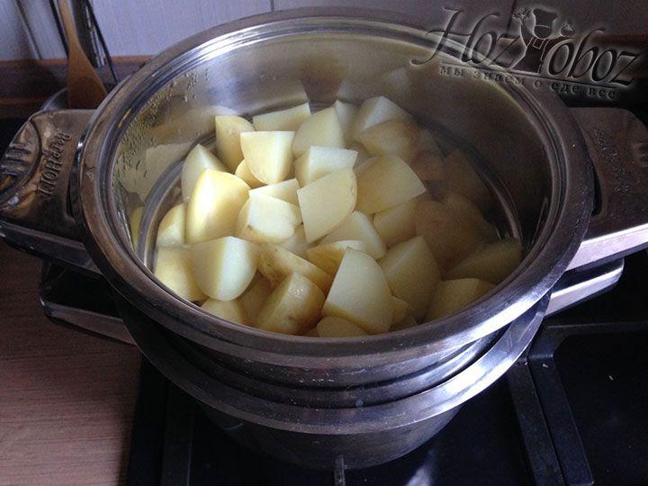 С готового картофеля снимаем крышку и дуршлаг, а затем сливаем воду из основной кастрюли