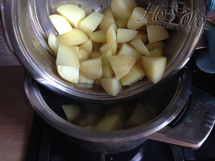 Картофель перекладываем в нижнюю кастрюлю пароварки и помещаем ее на огонь