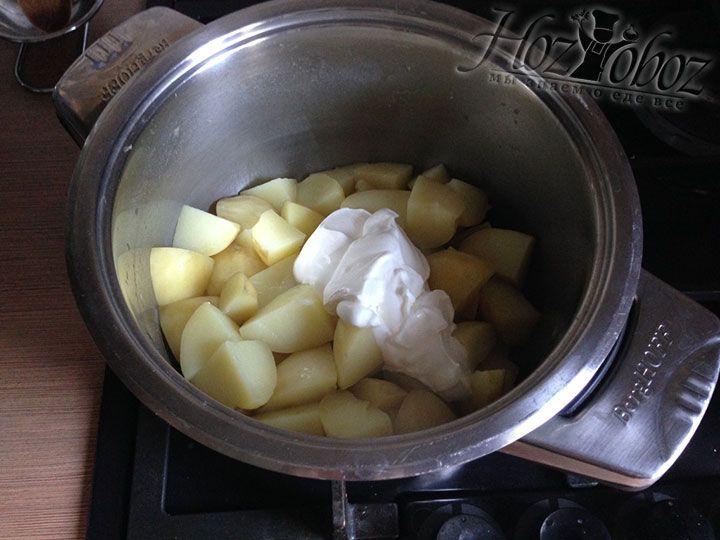 В картошку кладем 2 столовых ложки сметаны