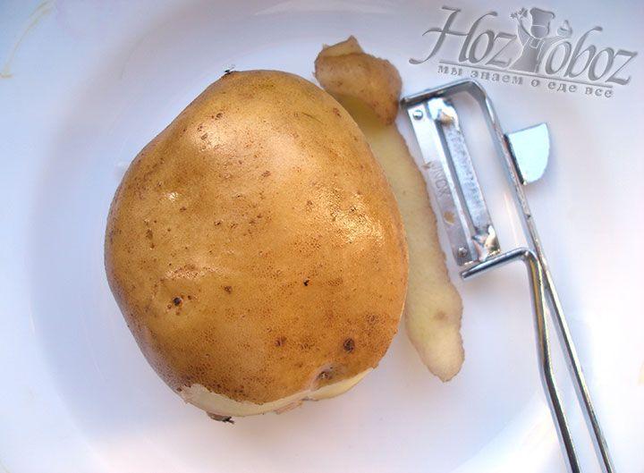Клубни картофеля моем и чистим