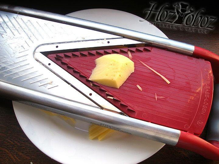 Чтобы нарезать картофель воспользуемся специальной теркой или теркой для корейской моркови. В крайнем случае вооружитесь ножиком и нарежьте картошку тонкими ломтиками