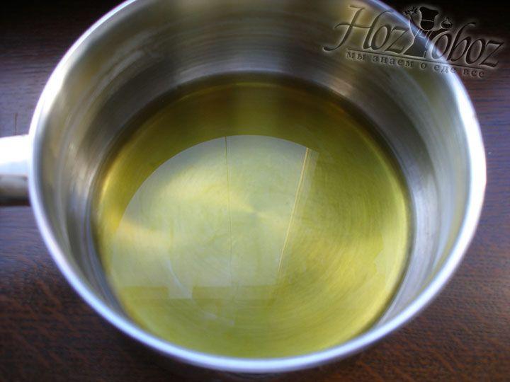Разогрейте в глубокой кастрюле или сотейнике растительное, лучше оливковое, масло
