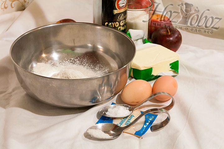 Для приготовления нам необходимы: куриные яйца, сахар, ваниль, мука, масло сливочное, а также порошок для выпечки и яблоки с ромом для начинки