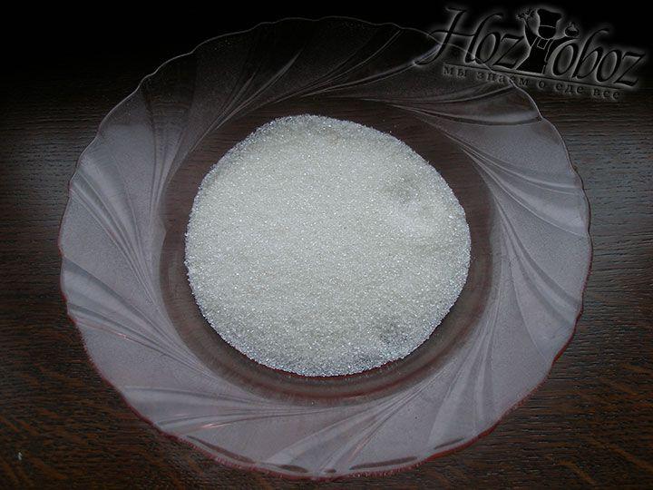 На тарелку насыпем немного сахарного песка с сахарной пудрой