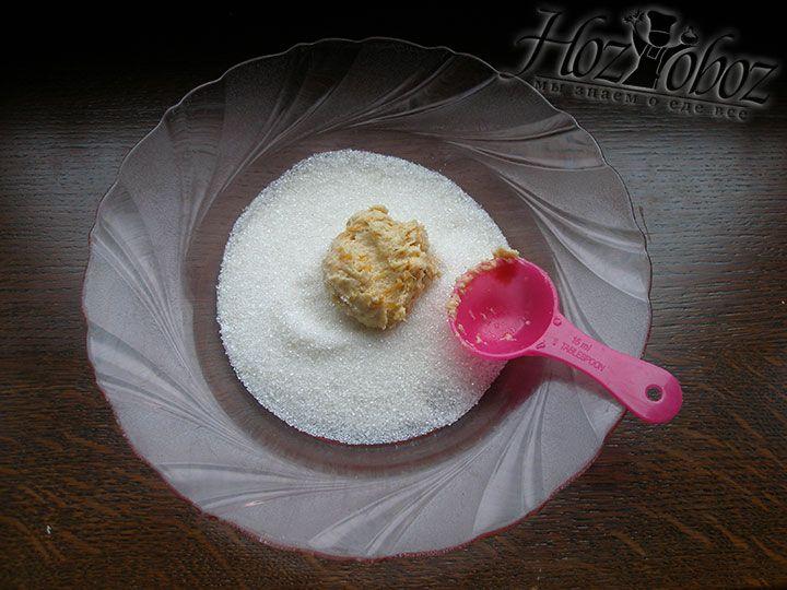 С помощью столовой ложки набираем тесто и обваливаем печенье в тарелке с сахаром и пудрой