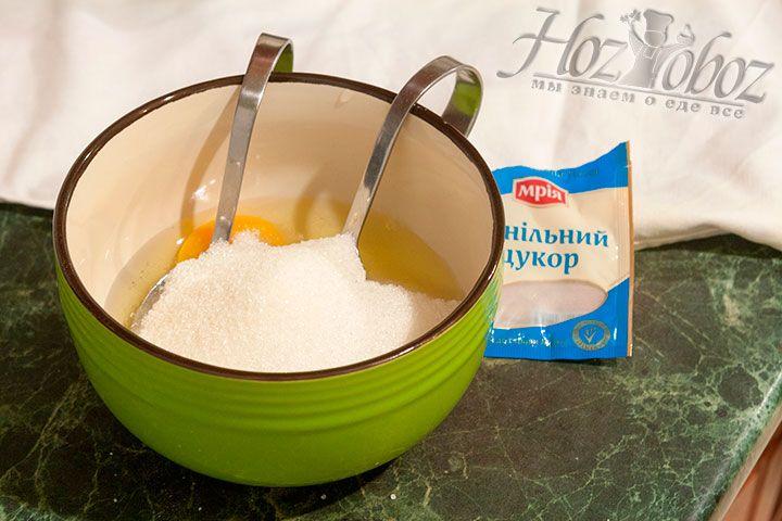 Теперь вводим сахарный песок и ваниль, после чего все хорошенько взбиваем