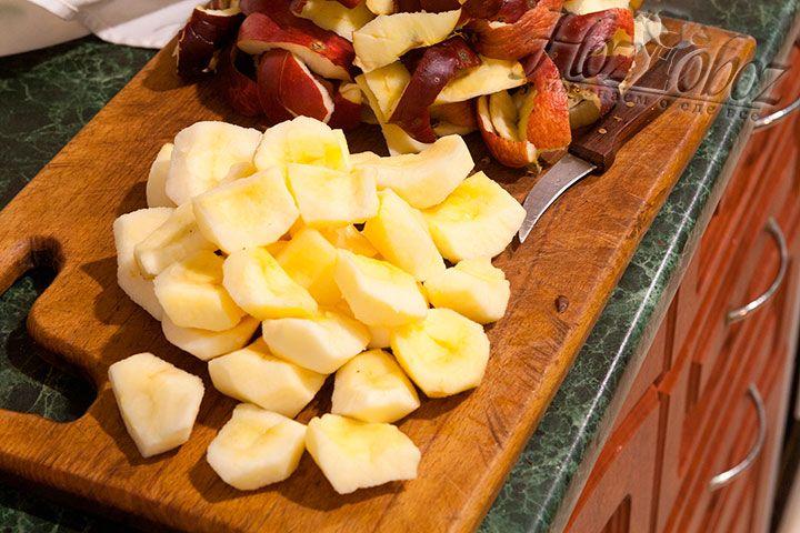 Яблоки разделим на 4 части и очистим от сердцевин и кожуры