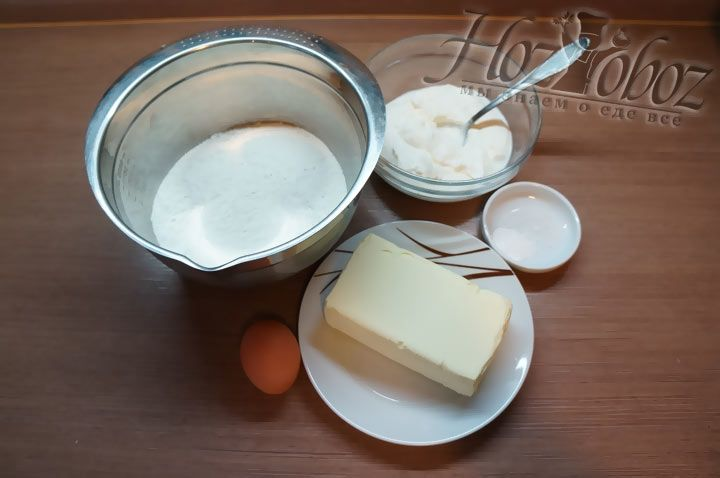 Для теста возьмем муку, сливочное масло, соль, соду, разрыхлитель, сметану и куриные яйца