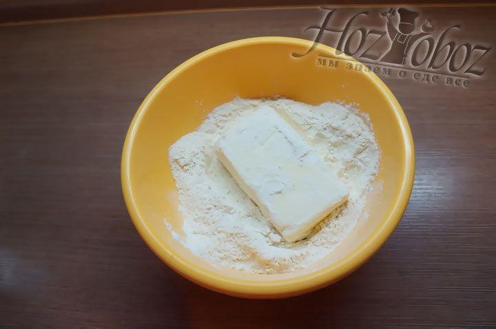 Сливочное масло хорошо замораживаем и обсыпаем мукой чтобы оно не прилипало к рукам