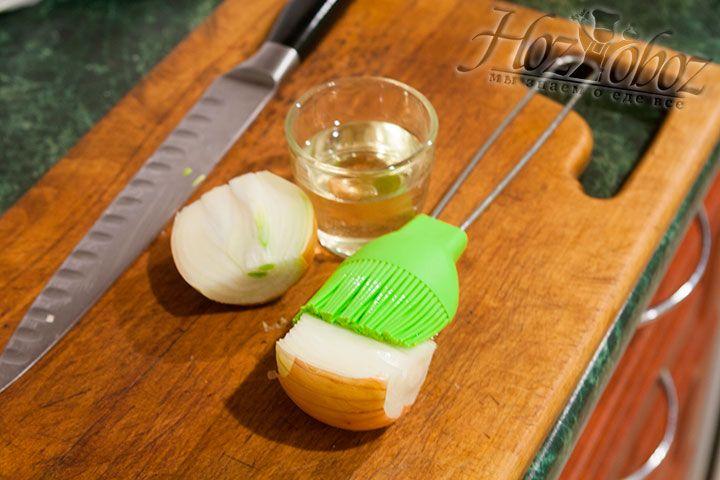 На срезе обработаем луковки растительным маслом