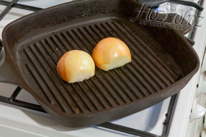 Теперь выкладываем лук на раскаленную сковородку разрезами вниз