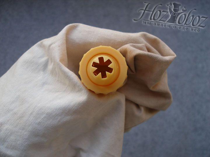 Чтобы сформировать печенье, используем кондитерский мешок с насадкой в форме звездочки. Учтите, если тесто не выдавливается из мешка, значит оно слишком крутое и печенье не получится достаточно нежным - примите меры